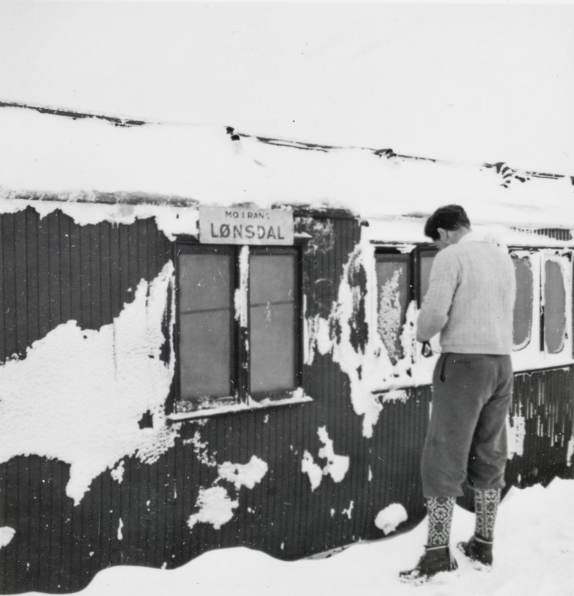 Toget fra Mo i Rana til Lønsdal har kjørt seg fast i snøen på Saltfjellet. Bildet viser sitte- og reisegodsvogn CFo2c type 4 nr. 845.