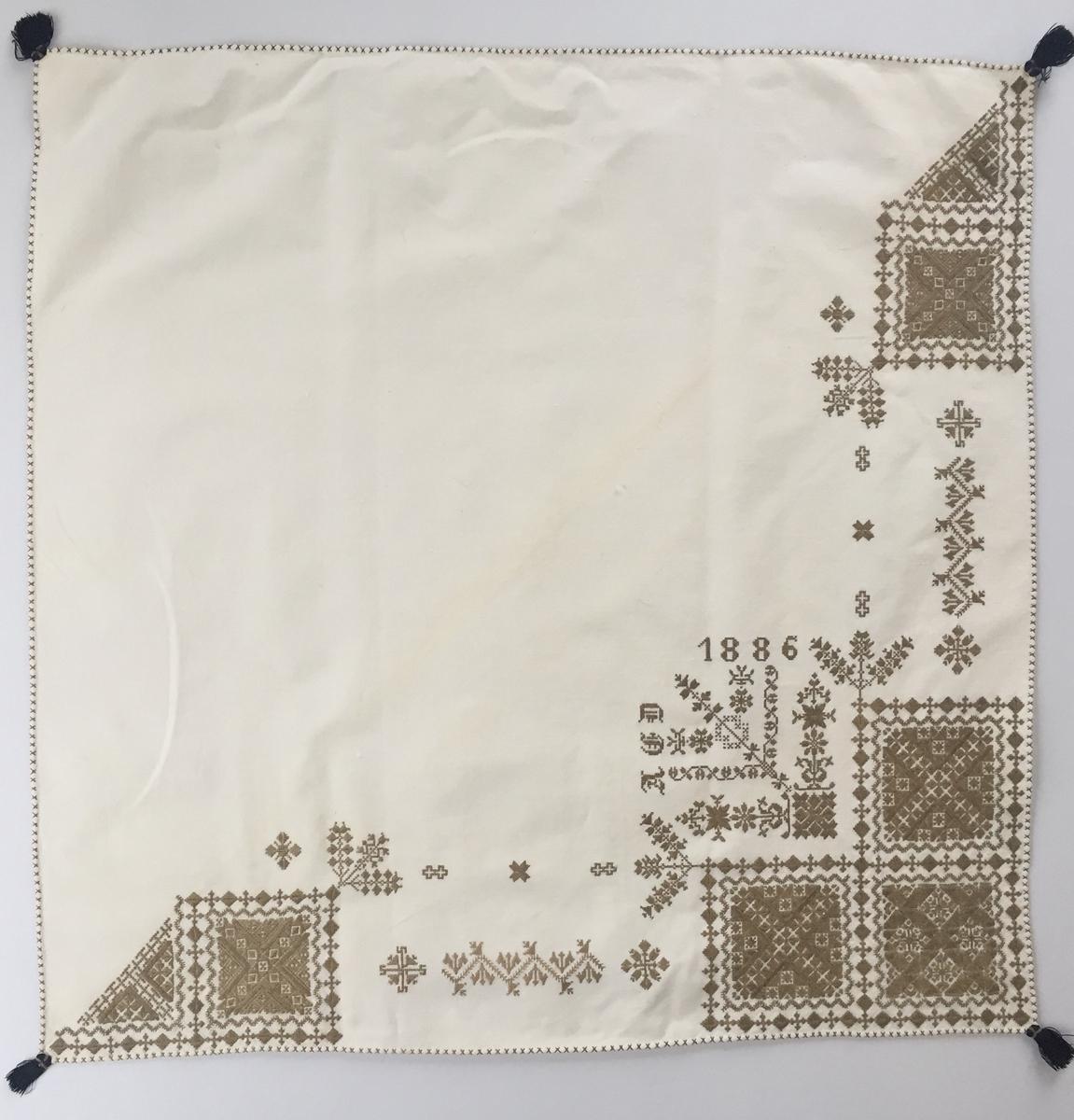 Blomsterinspirerat mönster  i kvadrater i hörnen .En bård med blomsterliknande mönster mellan  kvadraterna på ryggsnibb och framsnibbar.  På ryggsnibben tre kvadrater och en rikt dekorerad majstångsspira samt märkning med årtal och initialer. På varje framsnibb en kvadrat och en trekant. Tolv ornament.