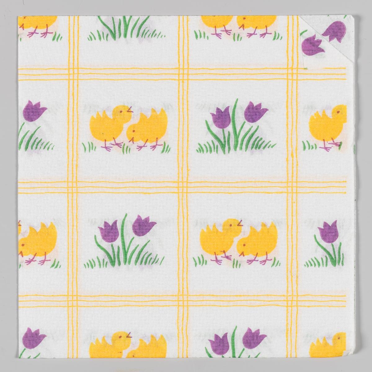 Servietten er delt inn i firkanter med to ulike motiver. To kyllinger. To lilla krokus. Tre gule striper mellom firkantene.