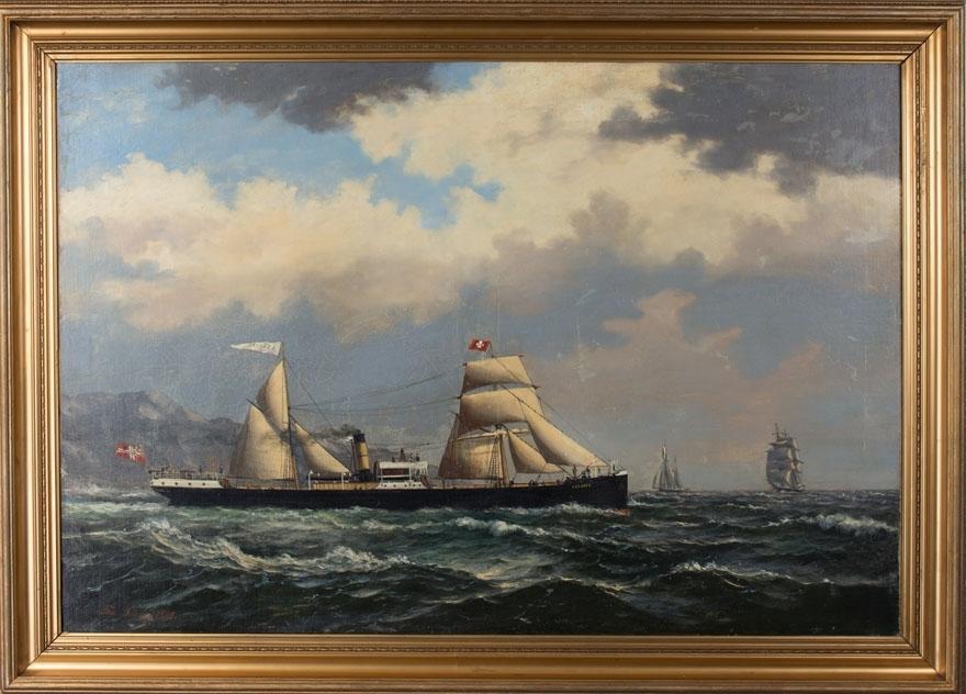 Skipsportrett av DS LESSEPS under fart med seilføring. Ser en seilskute og seilfartøy i bakgrunn samt land. Skipet fører norsk handelsflagg med svensk-norsk unionsmerke.