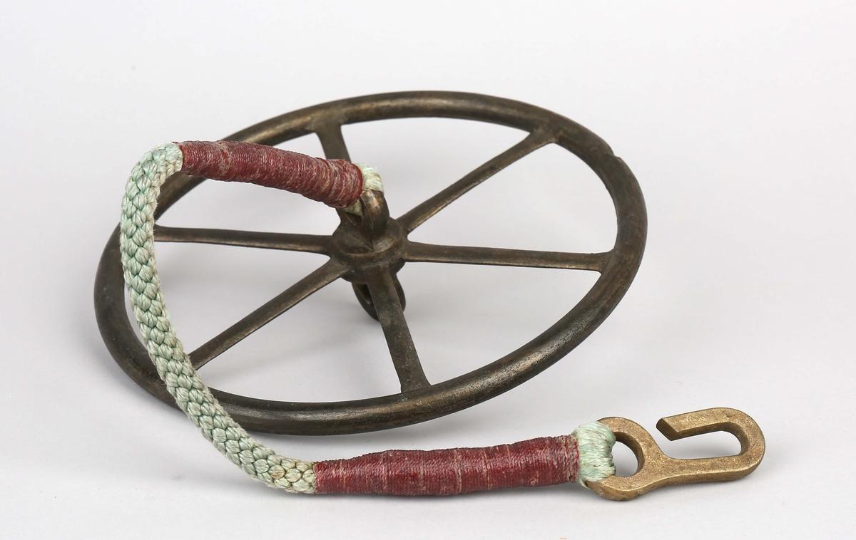 Slepelogg i tre deler uten line.  Svinghjul med tau og krok, del av slepelogg.
