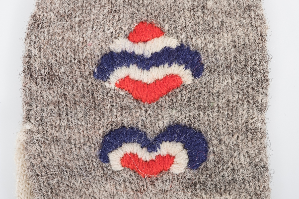 to abstrakte plattsømmønstre i flaggfarger (rødt, hvitt og blått).