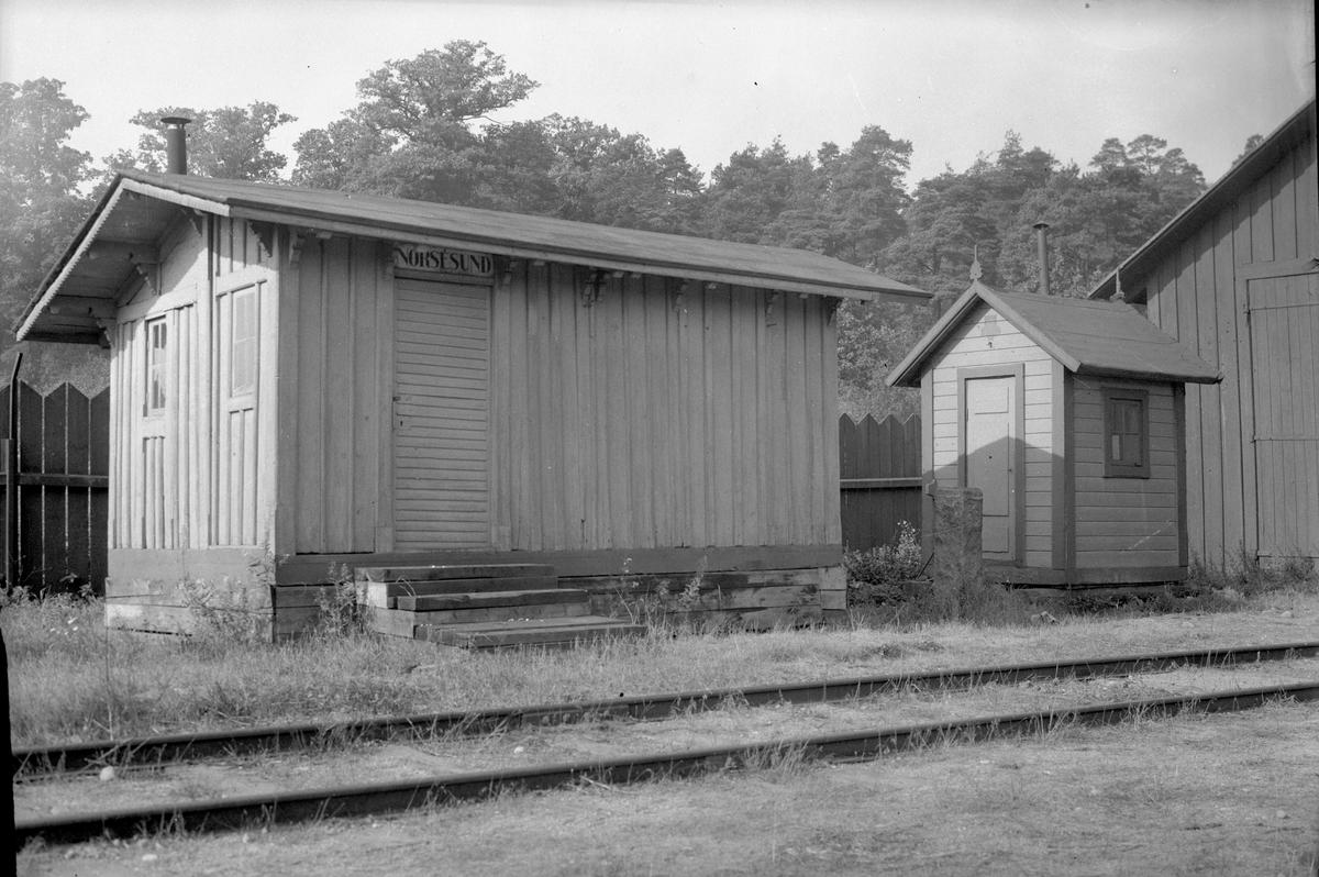 """Kilometersten av röd granit. På ena sidan """"6,6"""". På andra sidan """"0,5"""".  Historik: Stenen härrör från Köping-Hults järnväg och har stått 0,5 mil från Örebro. Kilometerstenen har använts som avståndsstolpe."""