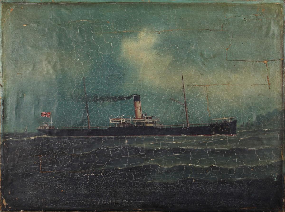 Skipsportrett av DS NORDKYN under fart på åpent hav. Norsk flagg akter. Ser andre seilfartøy i bakgrunnen.