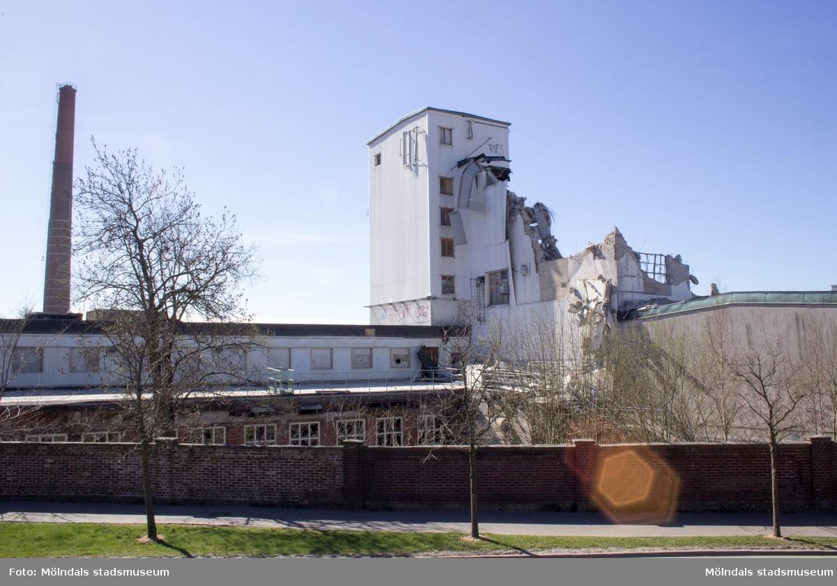 Byggnadsdokumentation av Papyrusskorstenens rivning 2015-05-08. Byggnad 6 (kartongfabriken) ses till höger.