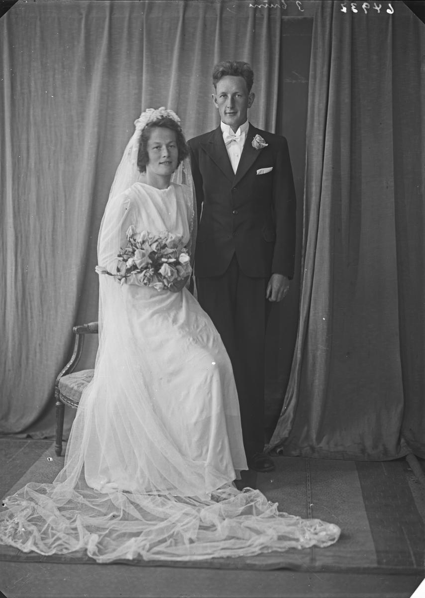 Portrett. Ung kvinne og ung mann. Brudepar. Bestilt av Arne Kvamen. Øvre vats.