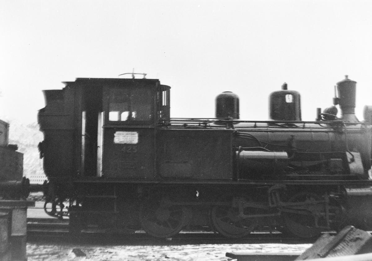 Damplokomotiv type 25d nr 425 ved lokomotivstallen på Bergen stasjon.