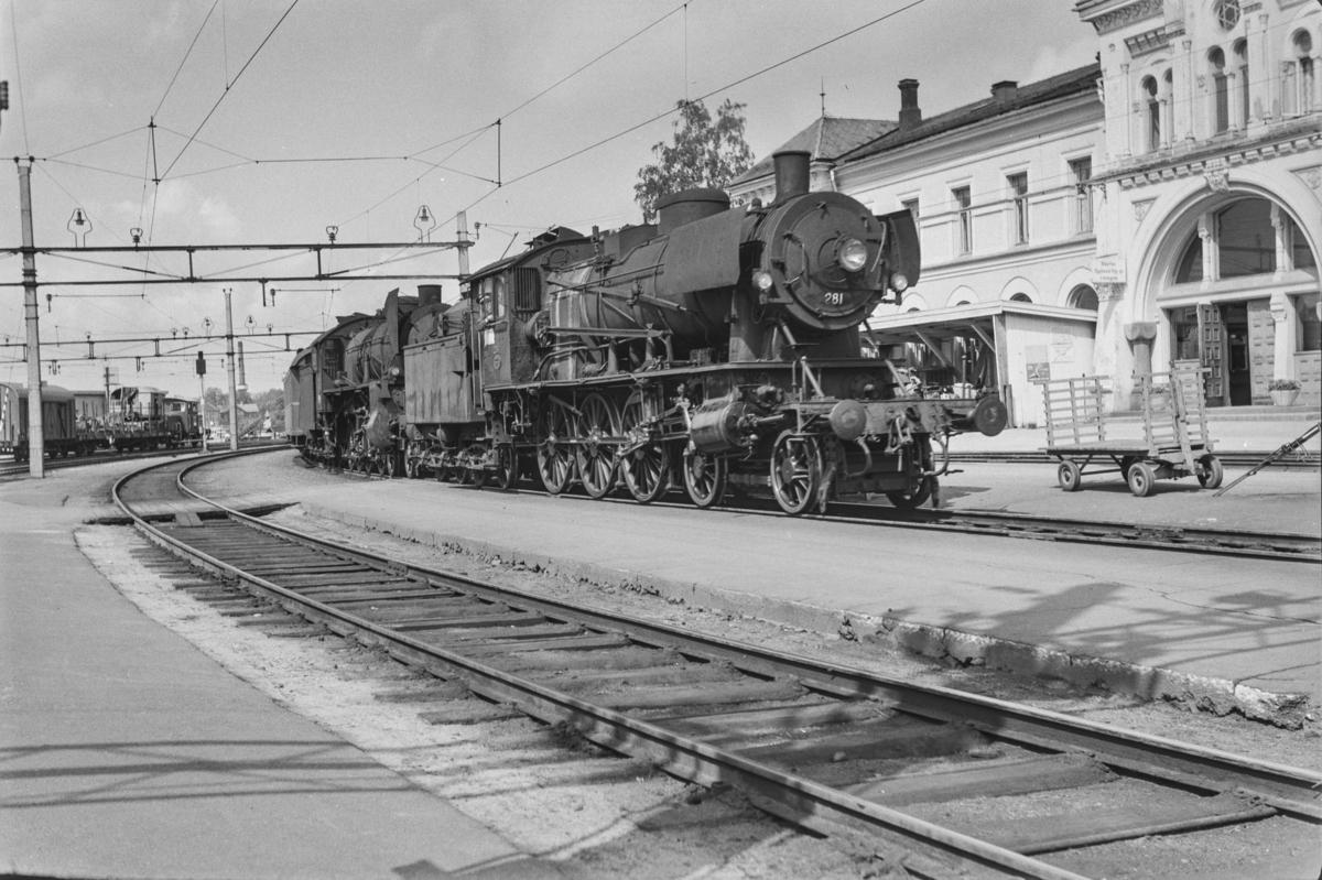 Persontog fra Otta til Oslo Ø, Pt. 308, på Hamar stasjon. Toget trekkes av damplokomotiv type 30a nr. 281 og 31b nr. 430.