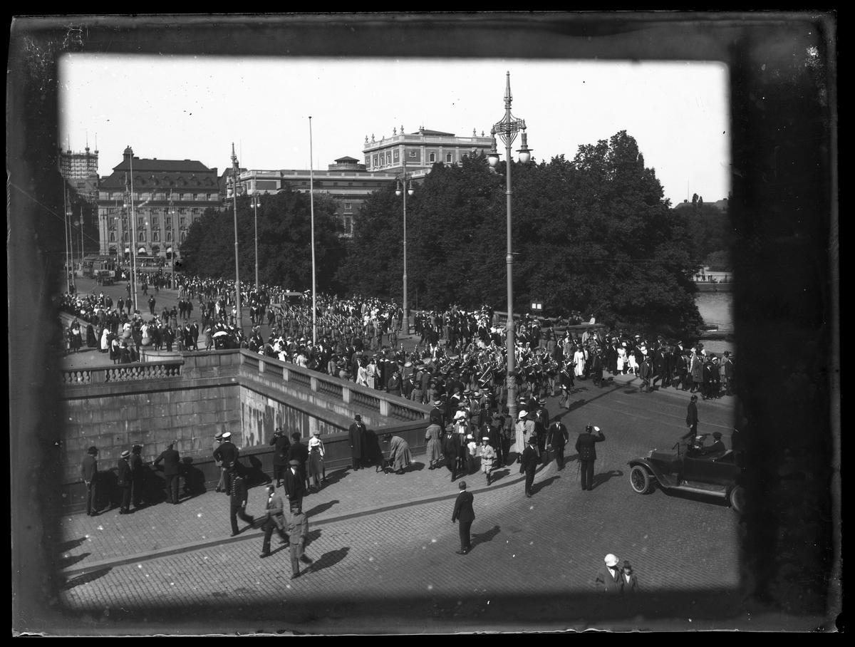 Vaktparaden och åskådare på Norrbro.