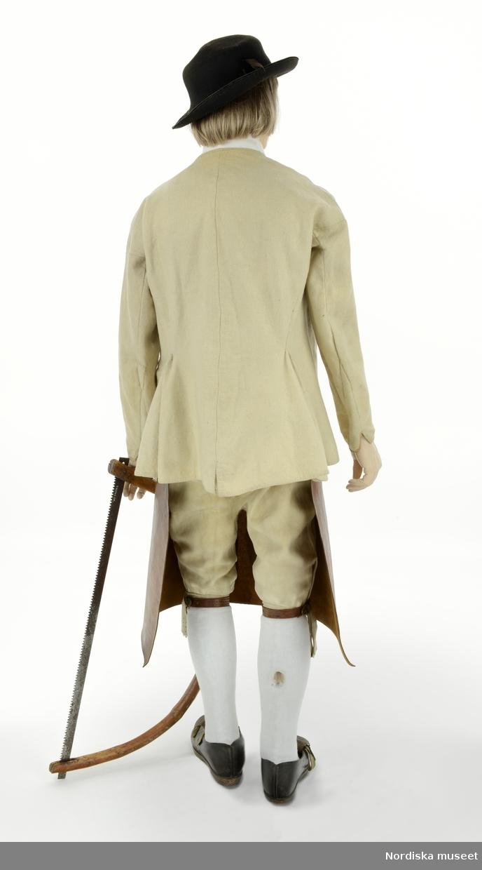 Vedsågare från Orsa 1860, från utställningen Modemakt. Information om kläderna se Relaterade objekt under Referenser. Strumpor och krage är rekvisita.