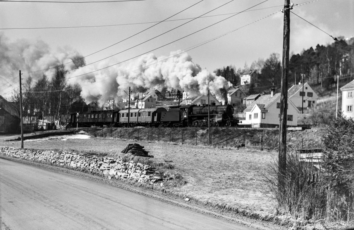 Påsketog retning Oslo Ø, tog 7650, vest for Voss. Toget trekkes av damplokomotiv type 31b nr. 419.