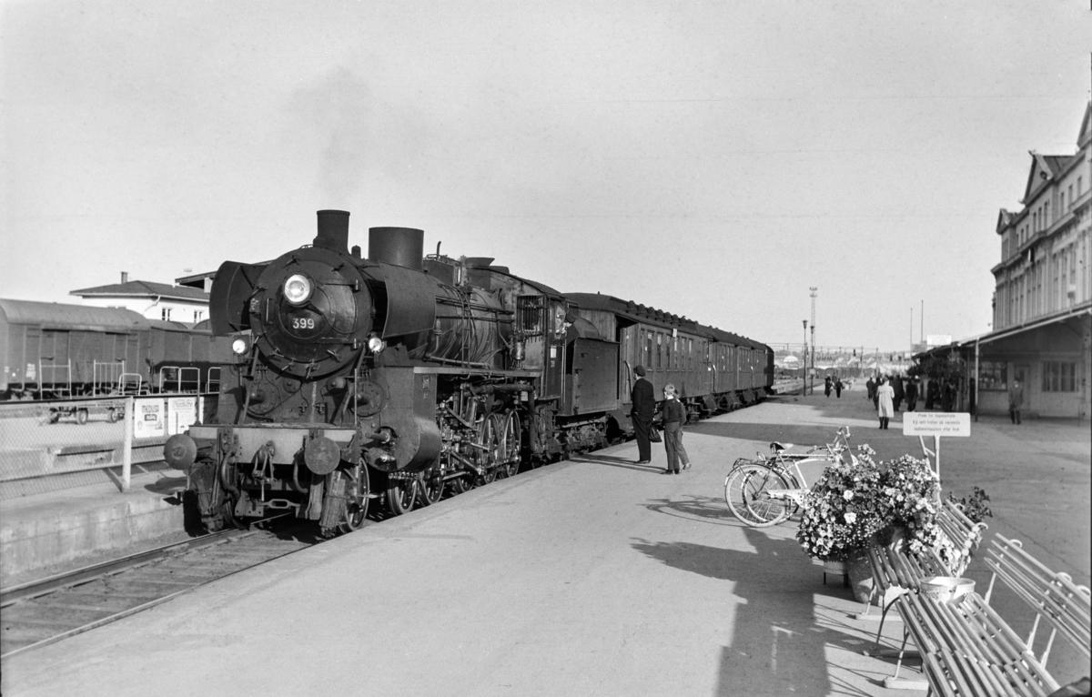 Forstadstog fra Trondheim til Støren, tog 1726, på Trondheim stasjon. Toget trekkes av damplokomotiv type 26c nr. 399.