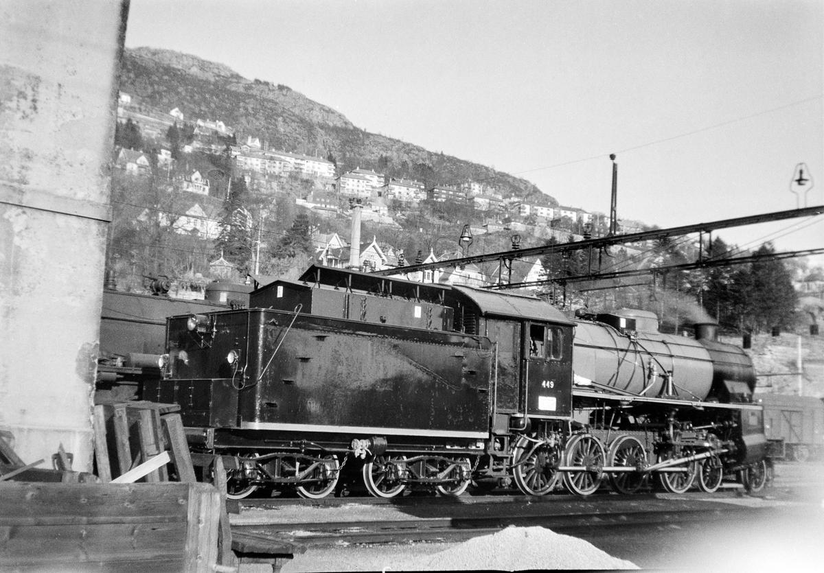 Damplokomotiv type 31b nr. 449 ved lokomotivstallen på Bergen stasjon. Lokomotivet er nymalt og nyrevidert.