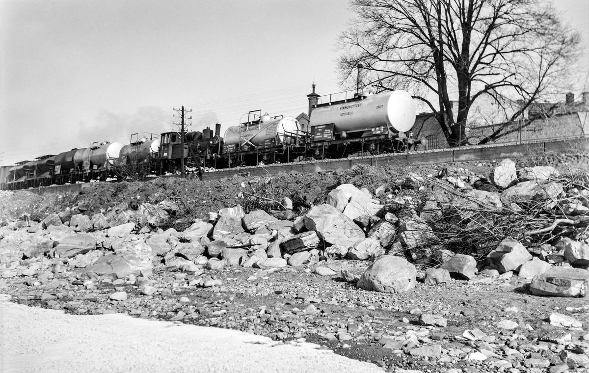 Kipptog (godstog) med tankvogner mellom Jessnes og Hamar. Toget trekkes av damplokomotiv type 25a nr. 227.