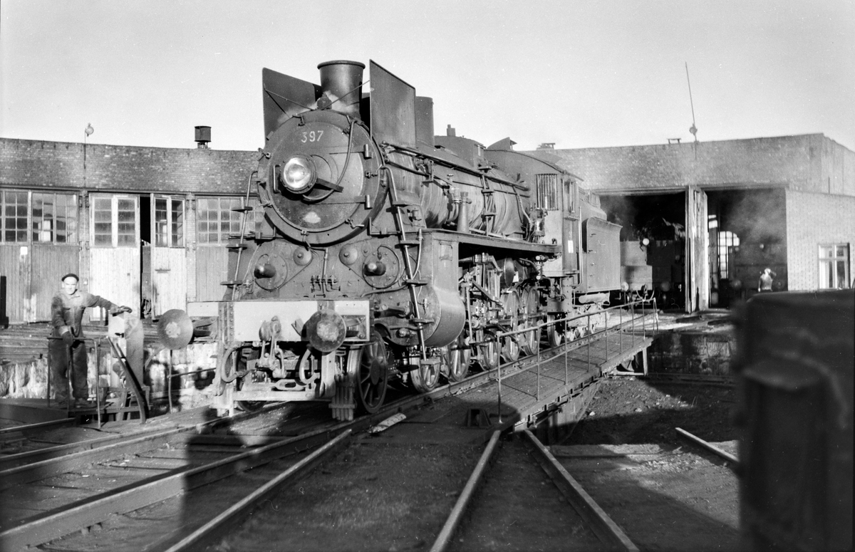 Damplokomotiv type 26c nr. 397 på svingskiven ved lokomotivstallen på Hamar stasjon.