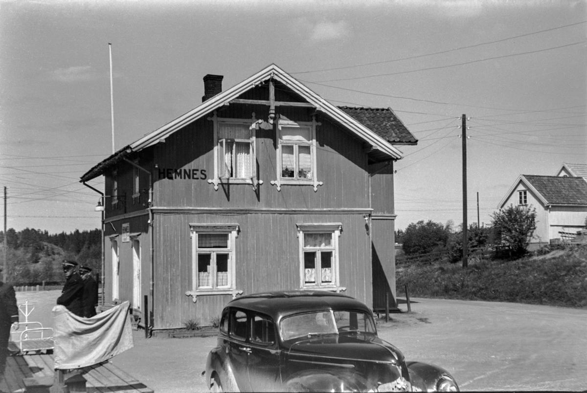Hemnes stasjon på Aurskog-Hølandbanen. I forgrunnen en Hudson årsmodell 1939.