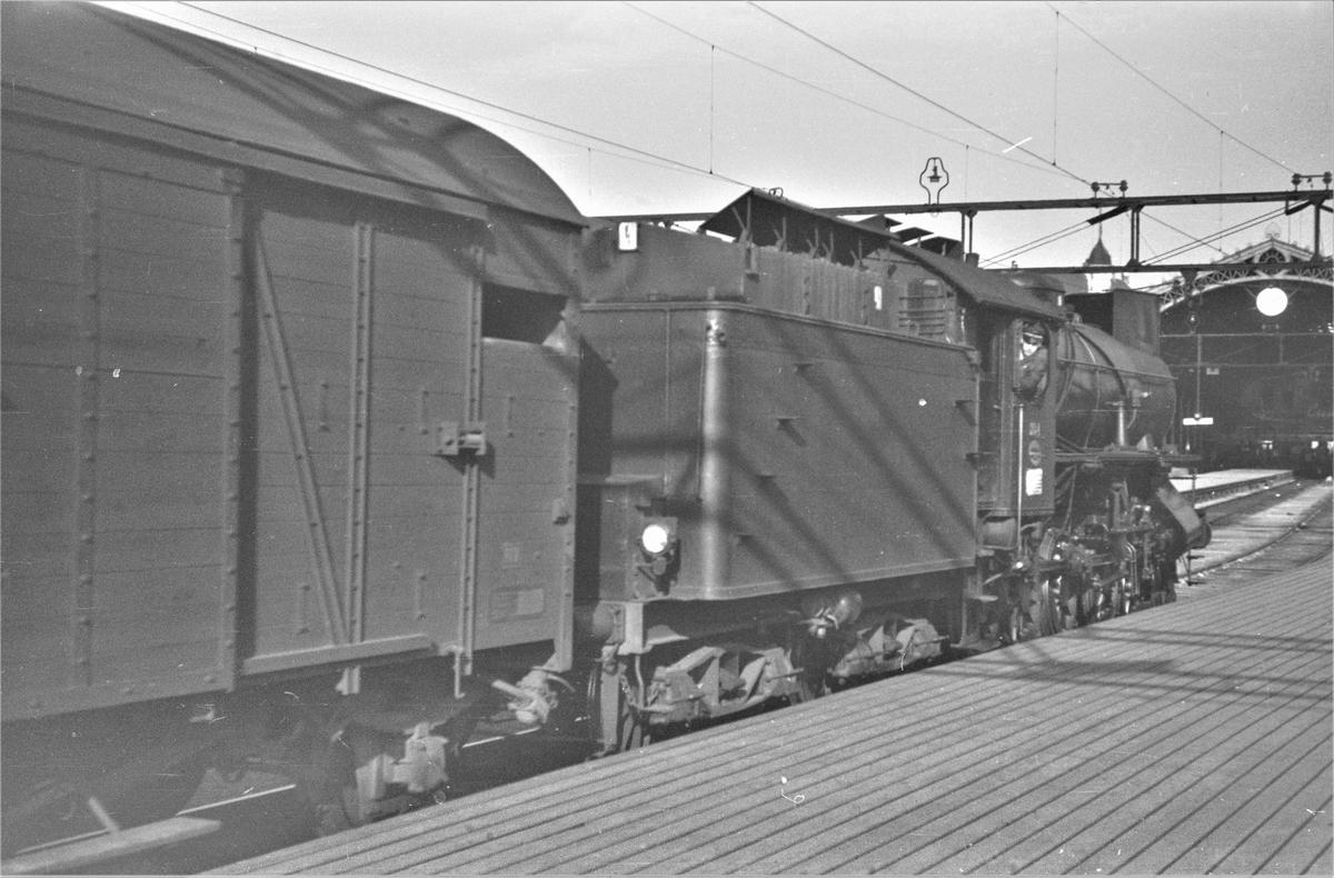 Damplokomotiv type 31a nr. 284 bakker ut fra Oslo Østbanestasjon.