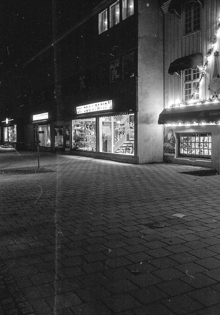 1. advent, gågaten / Idrettsveien i Ski sentrum. Snebart, litt julepynet.