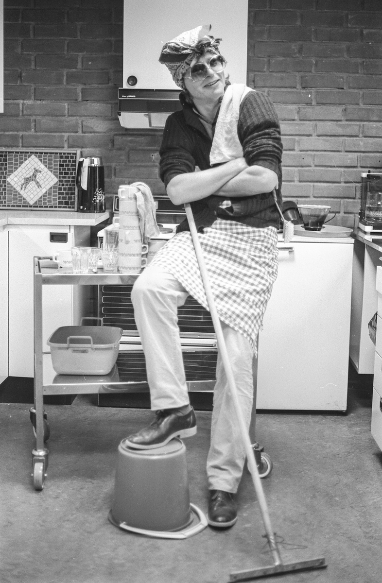 Husmoryrket, kvinner hjemme og ute. Ragnar Millstein , journalist, er kledd ut som husmor på kjøkkenet.