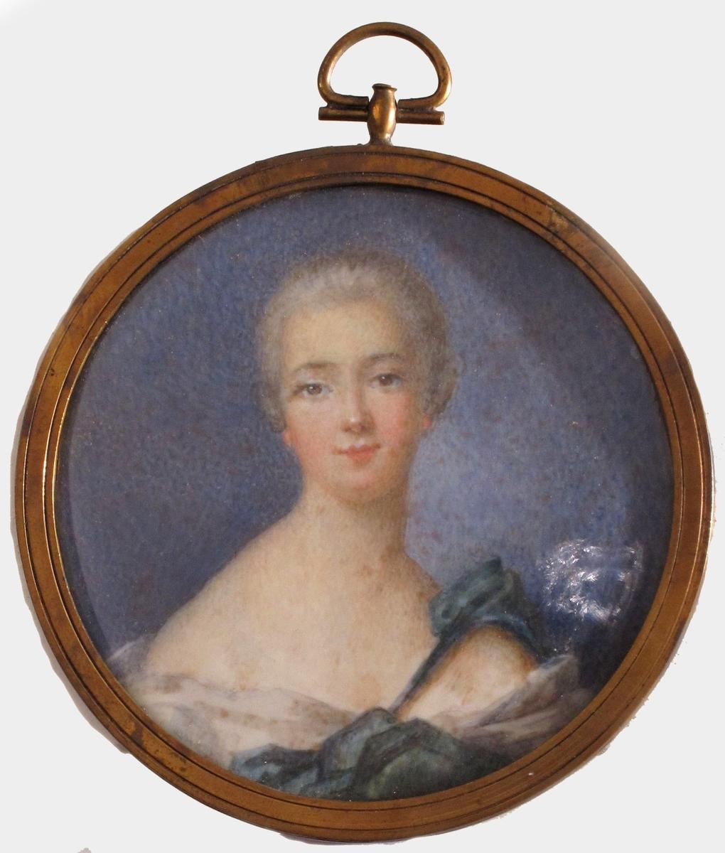 Brystbilde av ung dame med tilbakestrøket, hvitpudret frisyre. Hun har brune øyne. Skuldrene er skrå, med et blågrønt draperi over dem og foran brystet,. Lysegrått kjoleliv.