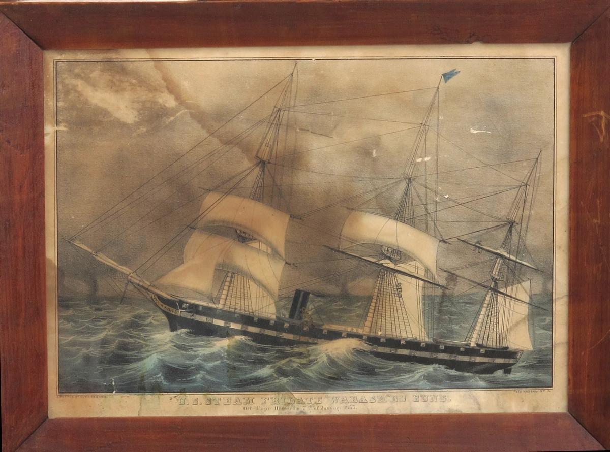 Fregatt, med åpne kanonporter og mersseil satt i høy sjø.