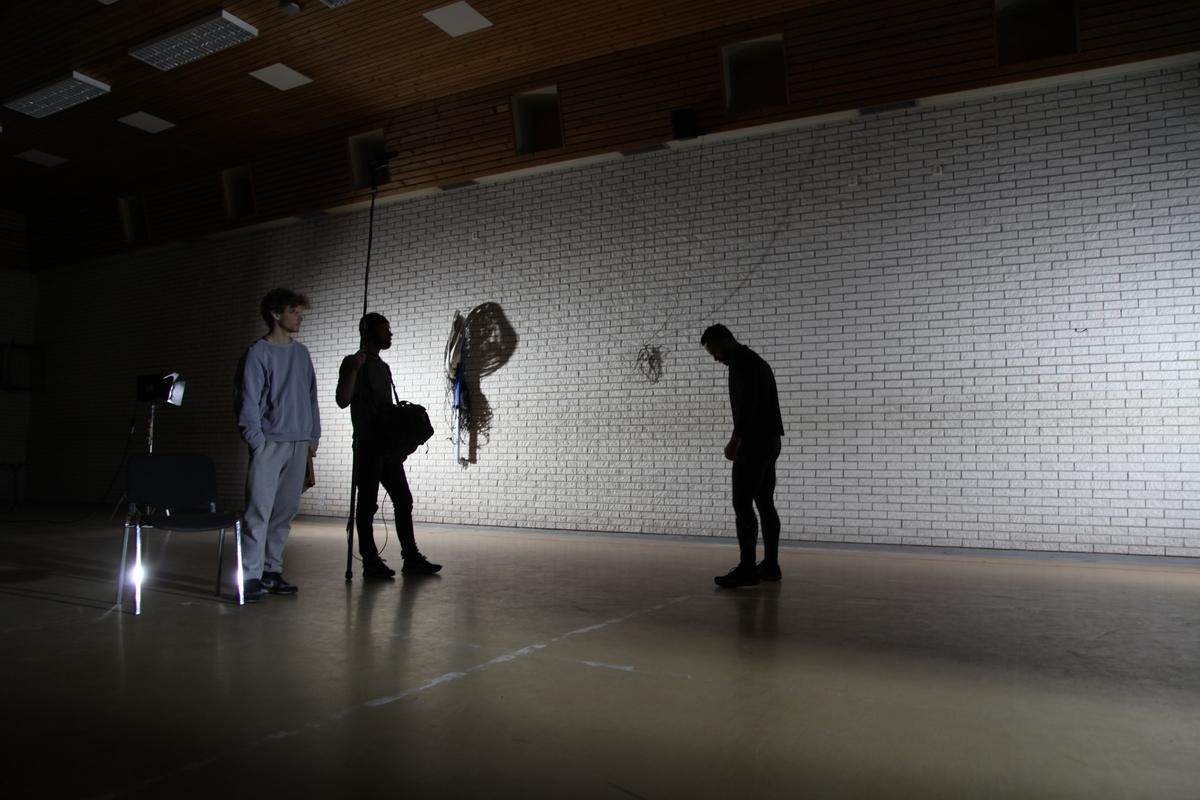 Det ble laget en 16mm-film basert på en workshop med en gruppe innsatte. Sammen med danseren Brynjar Åbel Bandlien utforsket de hvordan fengselets hverdagsrutiner skriver seg inn i deres kropper.