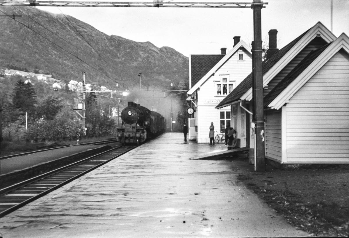 Damplokomotiv type 33a nr. 300 med godstog på Fjøsanger stasjon.