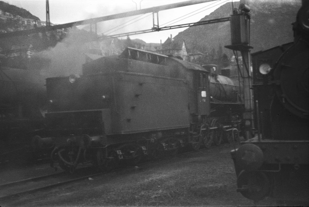 Damplokomotiv type 31b nr. 402 ved lokomotivstallen på Bergen stasjon.