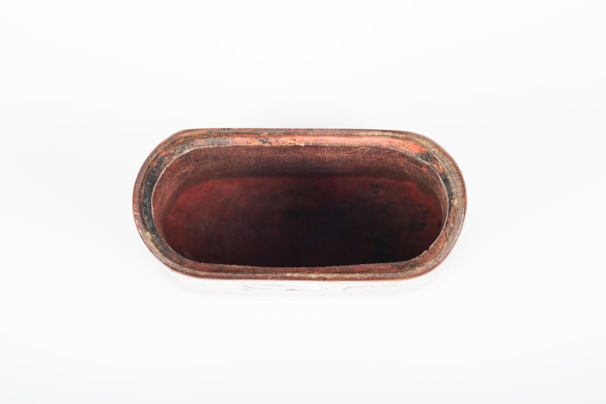 En treetui i oval form. Etuien har inngraveringer på hver langside. Etuien er lakkert med blank lakk på utsiden, og er malt eller farget med en rød-rosa farge på innsiden.