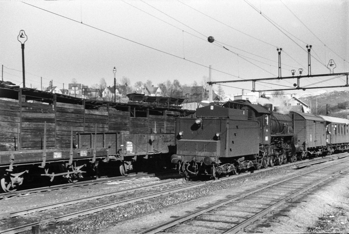 Damplokomotiv type 31b nr. 419 med ekstratog fra Mjølfjell, tog 7673, i anledning hjemreisen 2. påskedag.
