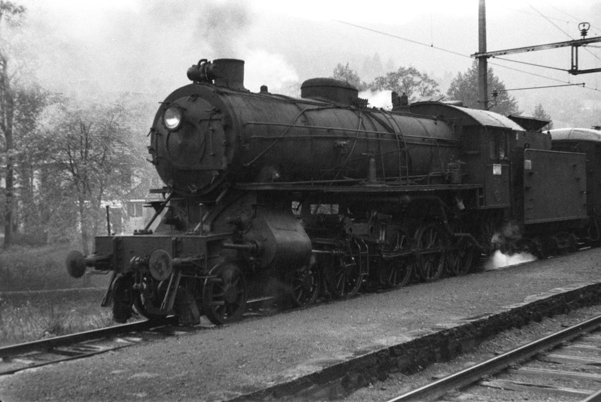 Damplokomotiv type 31a nr. 319 med lokaltog på Fjøsanger stasjon.