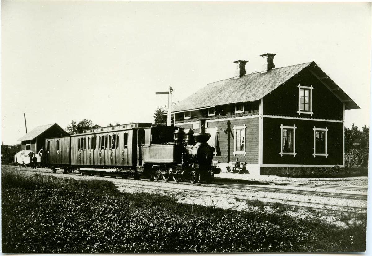 Station anlagd 1887. En och enhalvvånings stationshus i trä .Senare lastplats. Avbemannad 1973. Bispår till Lindeby Hytta rivet 1951. Bispår till Haggruvan  BDJ 4 , Bredsjö - Degerfors Järnväg