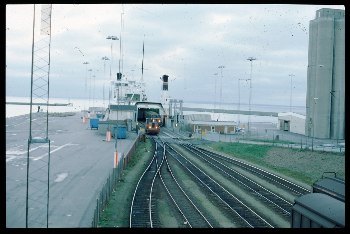 Lastning av färja. SJ lok V5 rangerar godsvagnar från DSB DanLink-färjan Trekroner i Helsingborgs Västhamn.