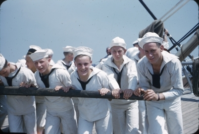 Nærbilde av fem kadetter som driver gangspillet ombord på skoleskipet STATSRAAD LEHMKUHL.