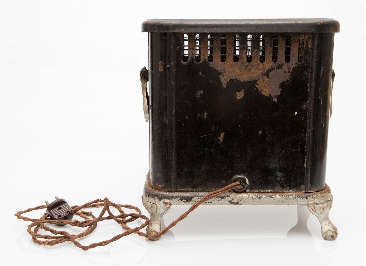 Elektrisk varmeovn i sort jern. 1000 W, 220 V. Med flettet kabel og støpsel. Varmespalter i toppdeksel og sider. Gammel type, 1930-årene?