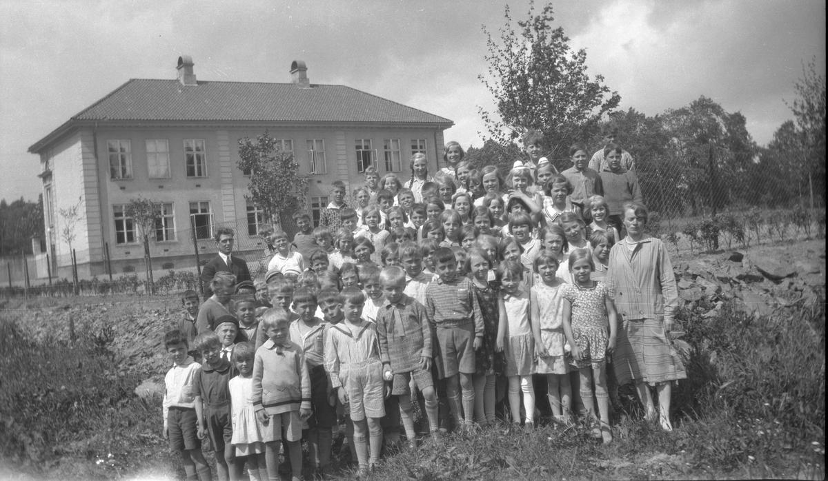 Skoleklasse foran Bygdø skole. Skolen stod ferdig i 1926.