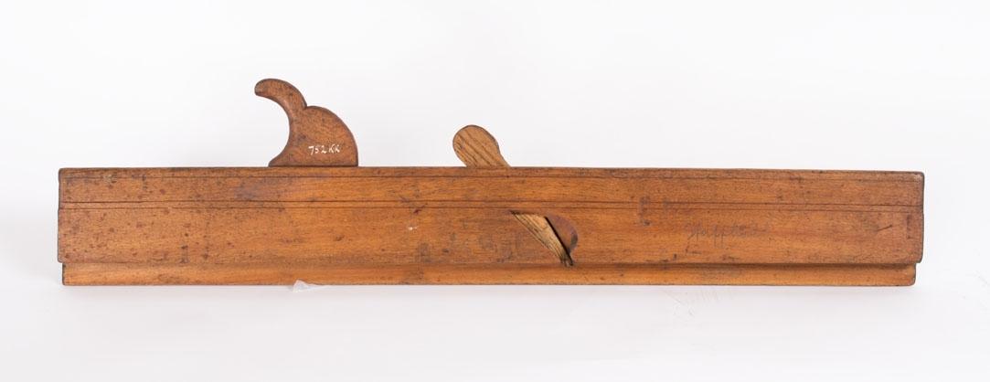 Staffhøvel, smal høvel med trekile og håndtak. Høveljern mangler.