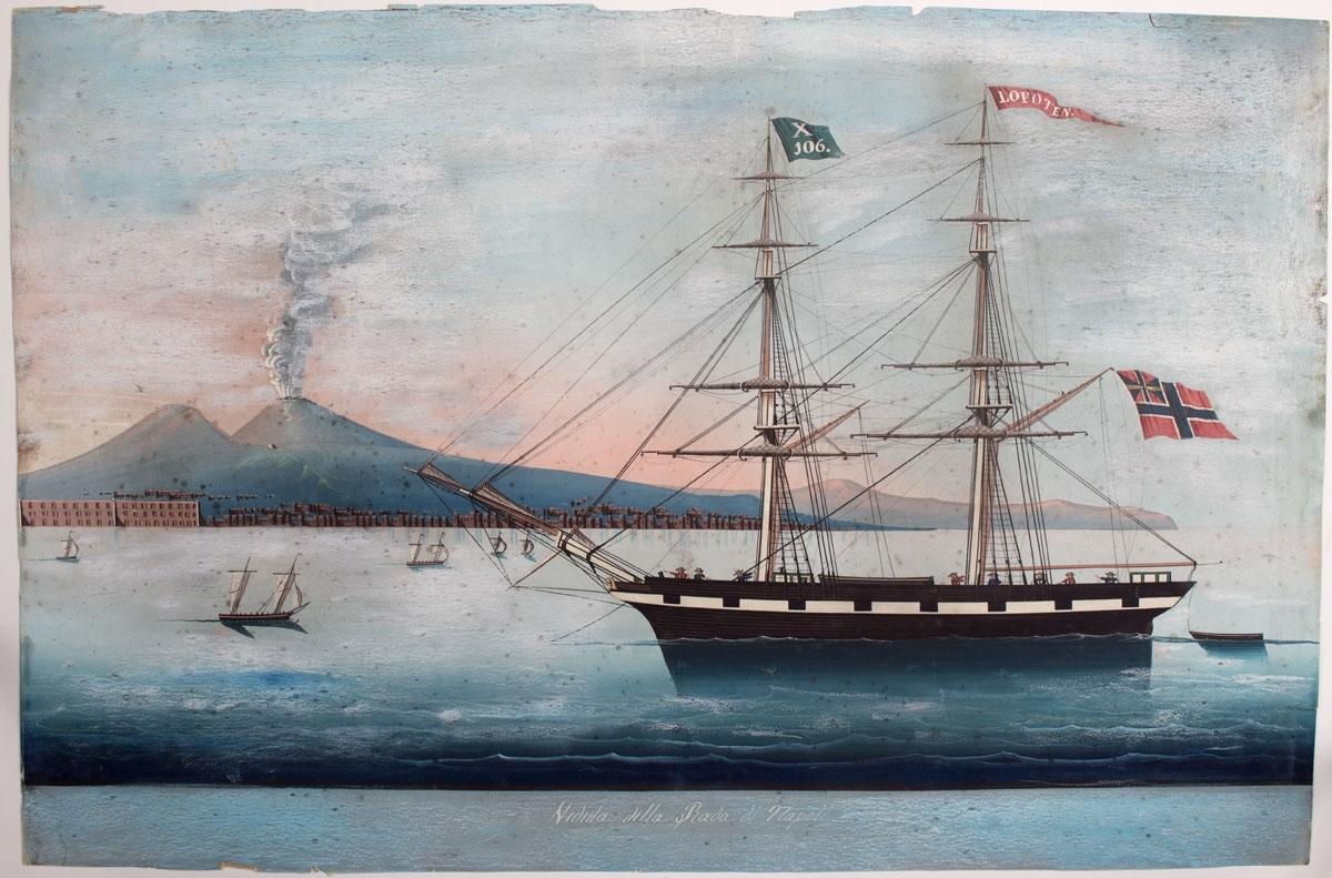Skipsportrett av briggen LOFOTEN med signalflagg X106 samt vimpel med skipets navn. Fører norsk handelsflagg med svensk-norsk unionsmerke i akter. Motivet viser skipet under innseiling til Napoli, med Vesuvs i bakgrunnen.