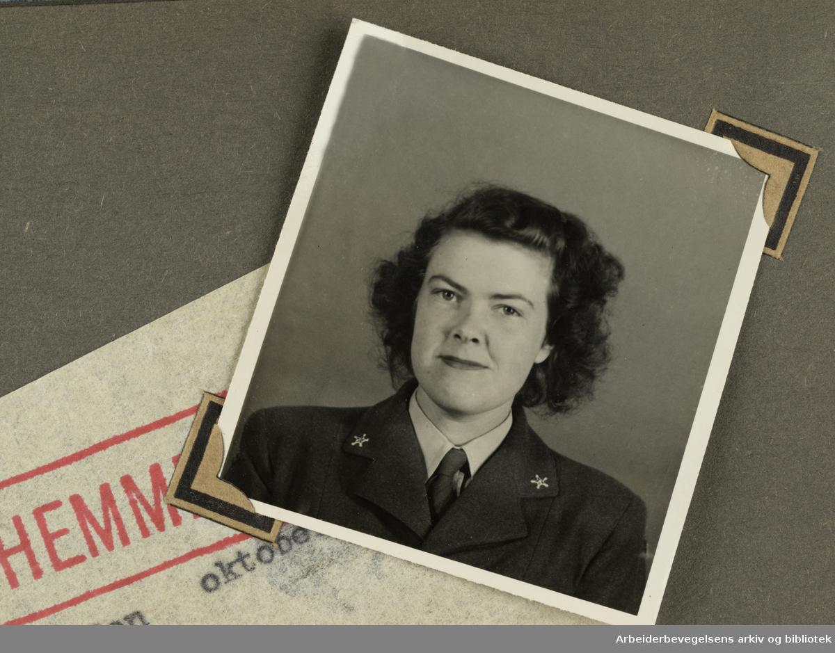 Album laget av Sissel Lie, senere Fosse og Bratz (1922-1983). Foto og utklipp fra tiden hun tjenestegjorde i Den norske hærs kvinnekorps i Storbritannia under andre verdenskrig. Hun oppnådde graden fenrik i kontrolltjenesten. Bildene er fra ca 1942.