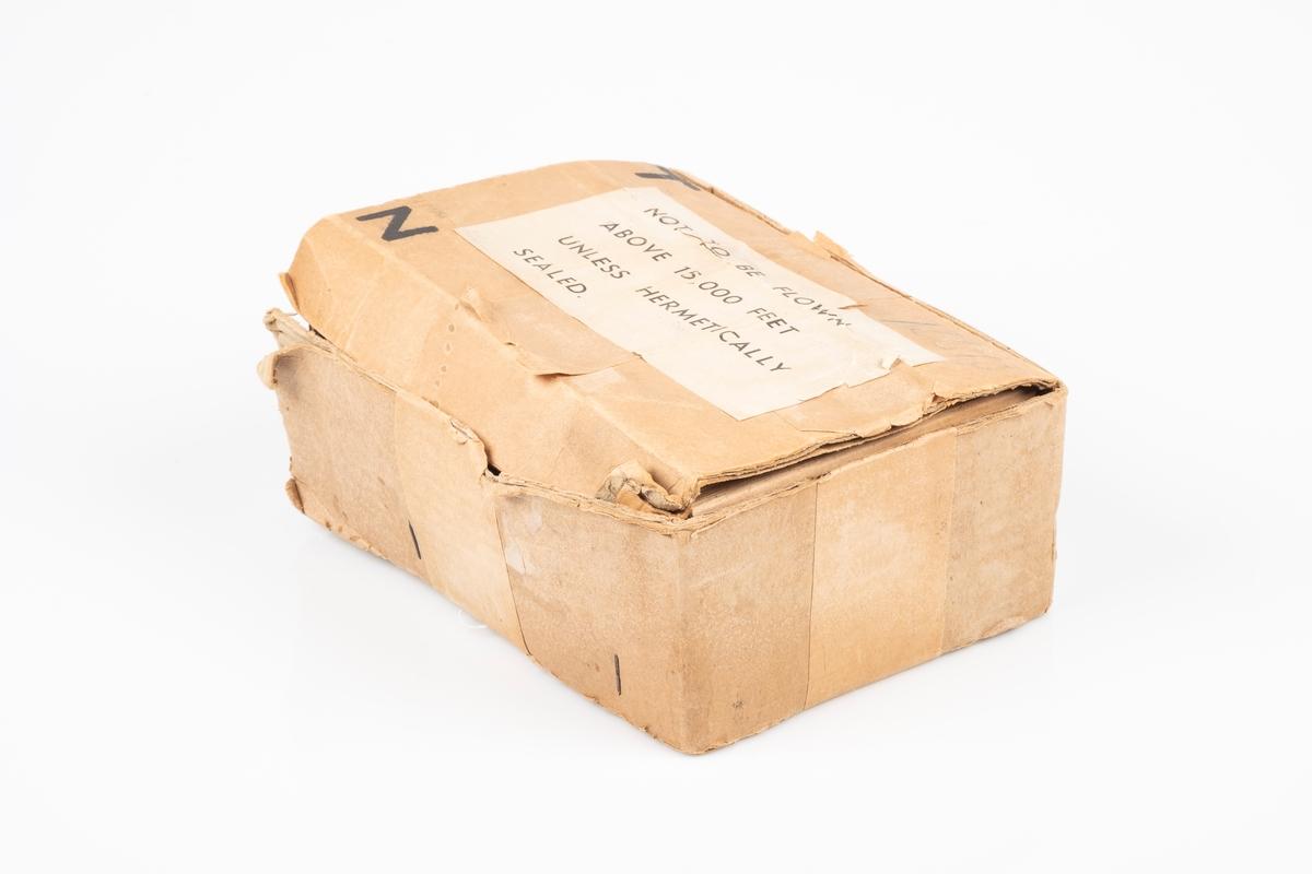 En pappeske som tilhører kortbølgeradioenn.