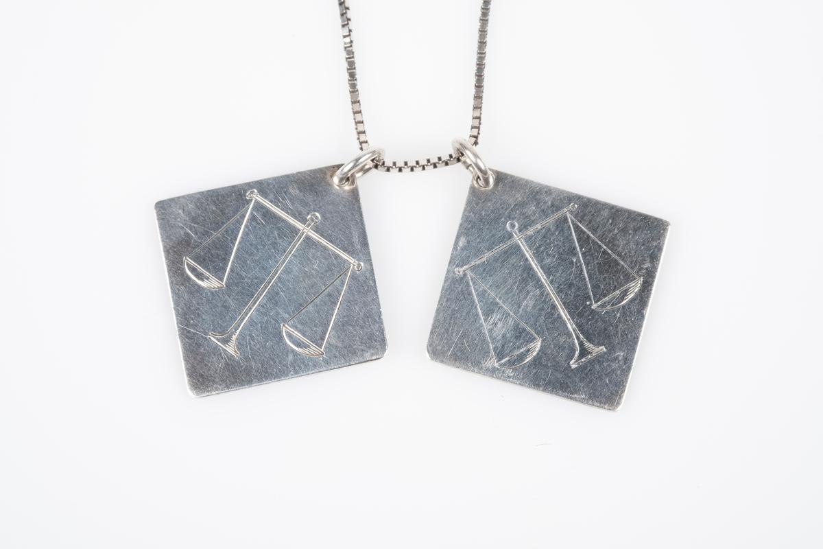 En halslenke med to anheng i sølv. Anhengene er i kvadratisk form med inngravet navn og hilsen på den ene siden og inngravert symbol av stjernetegnet vektene på den andre siden.