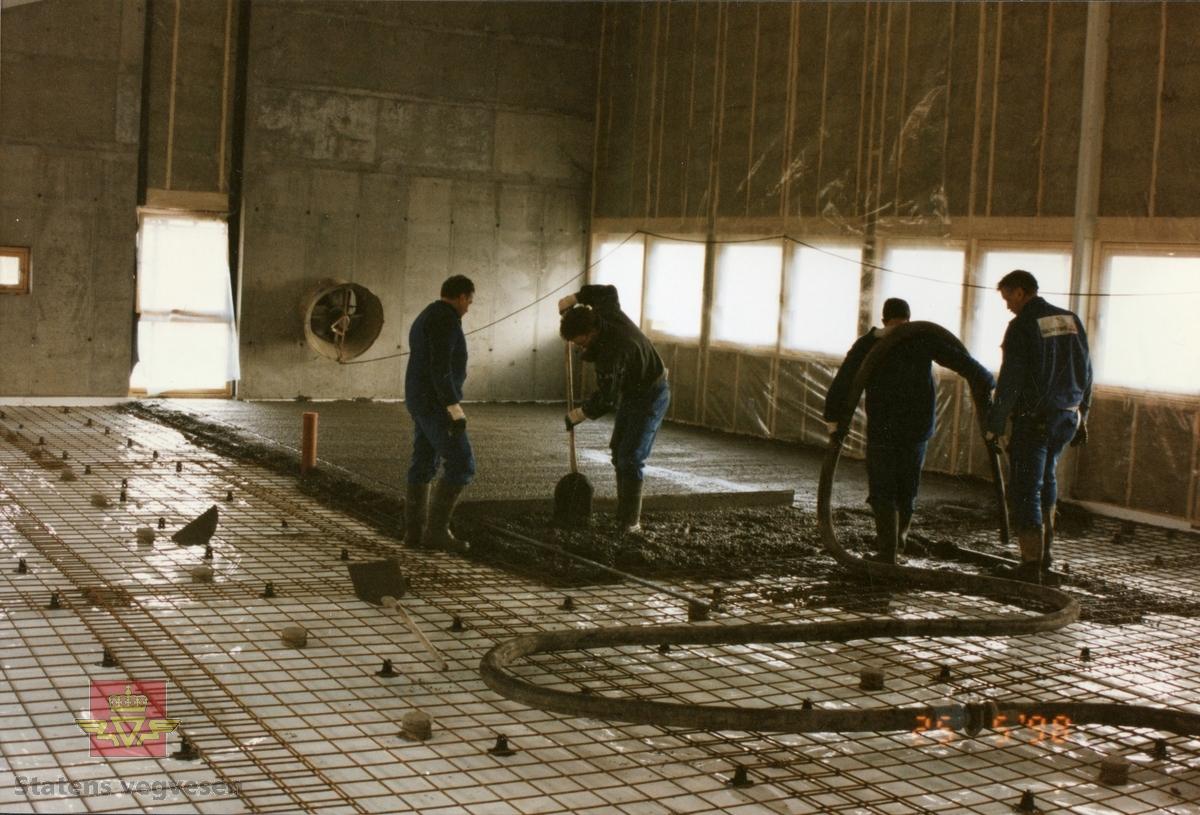 Ny vegstasjon på Fauske med oppstart på byggearbeid  09.09 1997.  Grunnarbeid er i gang på tomten og korrekte høyder settes.  Se flere bilder fra byggearbeidet fra september 1997 og fram til 25. 05.1998 ved å følge pilen til høyre. De fleste av bildene av byggearbeidet fra Fauske vegstasjon er lagt inn i denne registreringen. Bildene viser armering, støping og et bygg som reiser seg.