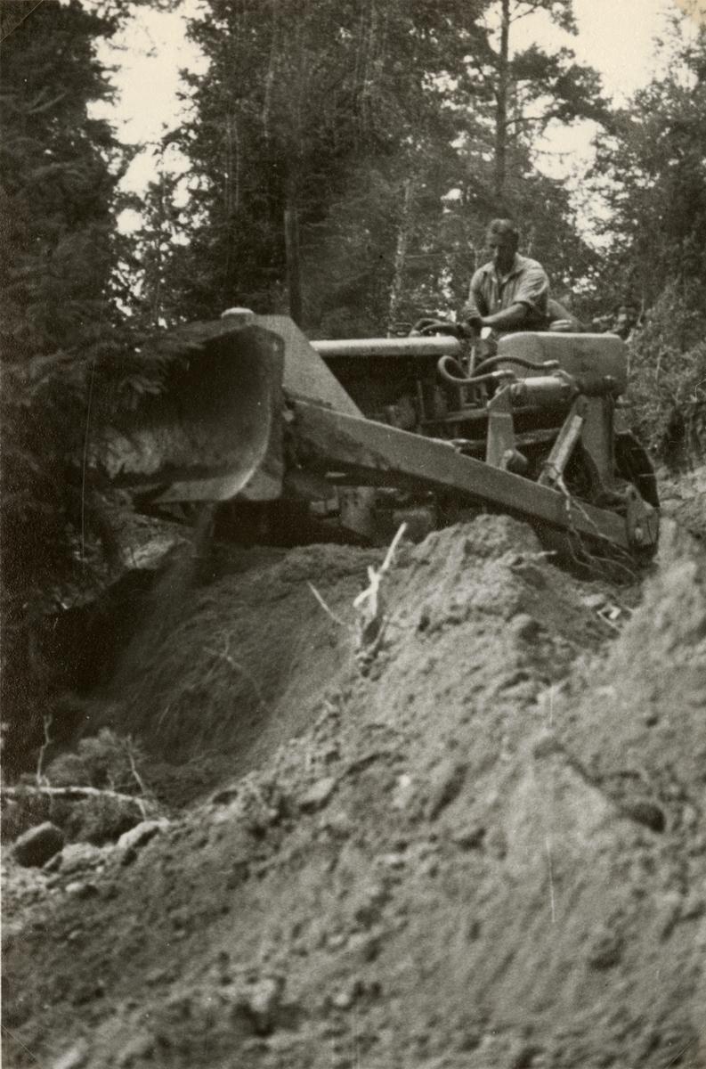"""Text i fotoalbum: """"De första traktorproven på Ingarö i aug. 1939. """""""