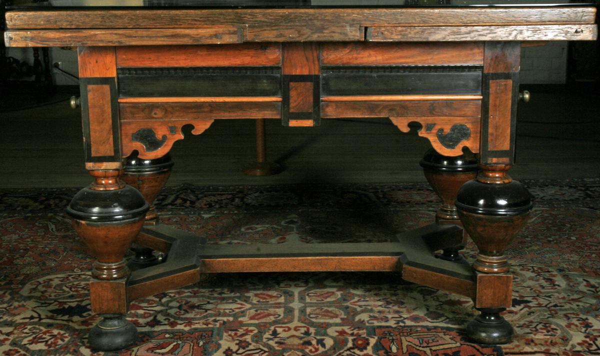 Eik og ibenholt, noe enklere utførelse enn AS.310166, rosett nedfelt i bordplaten.