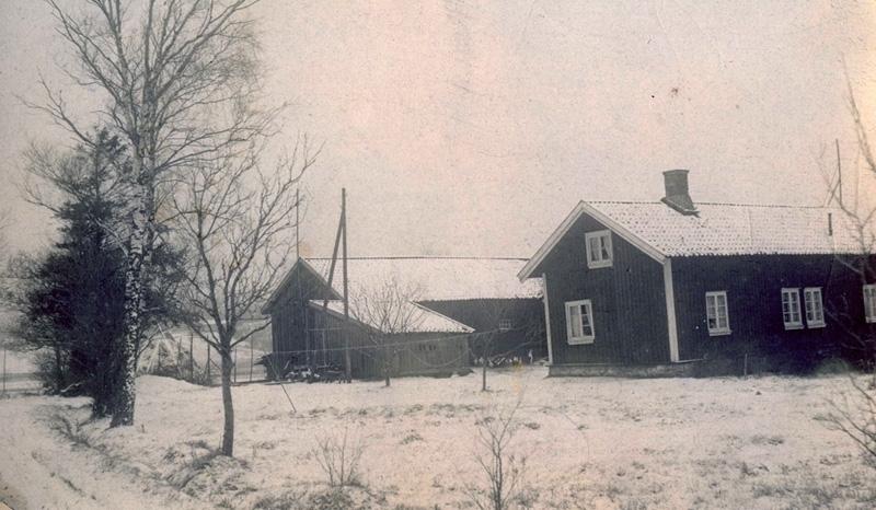 """Heljered Sörgård """"Skräddarns"""" på Heljeredsvägen, cirka 1900 - 1910. Gården är riven och idag ligger Heljereds förskola på platsen."""