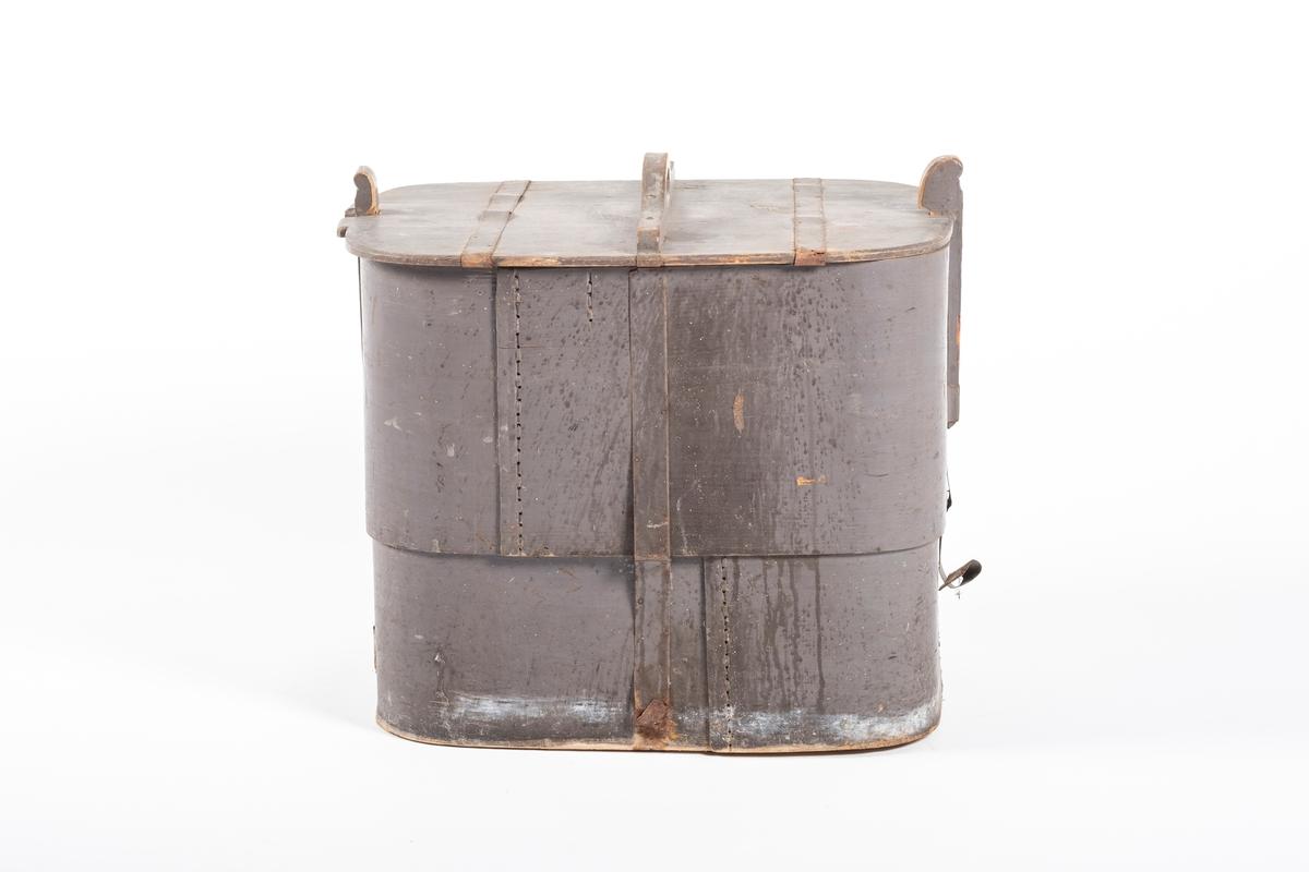 Firkantet tine med lokk. Tinen er høy, og på hver kortende stikker det opp to stoler som holder lokket på plass. Tinen og lokket har avrundede hjørner, og slett innside. Lokket har et håndtak på toppen, og dette går tvers over kortsiden midt på. I hver kortende er det skåret inn et hakk der lokket møter stolene. Tinen er sveipet, men ikke med spon. Det er brukt to lange og tynne, men brede treplater som er bøyd til en firkant. I skjøtene er det sydd med teger, men det er brukt nagler i de horisontale flatene. På innsiden av hvert hjørne ser man at de har skåret til flere tversgående hakk, muligens for å gjøre materialet lettere bøyelig. Det er spikret/ naglet på metallbånd rundt hele tina. Det vil si at det går metallbånd nedover midten av både kortsidene og langsidene, og under, slik at de krysses midt under bunnen. Også lokket, inkludert håndtaket, er beslått med metallbånd. Metallbåndene er slitt av under, flere steder er de også løse og står ut.