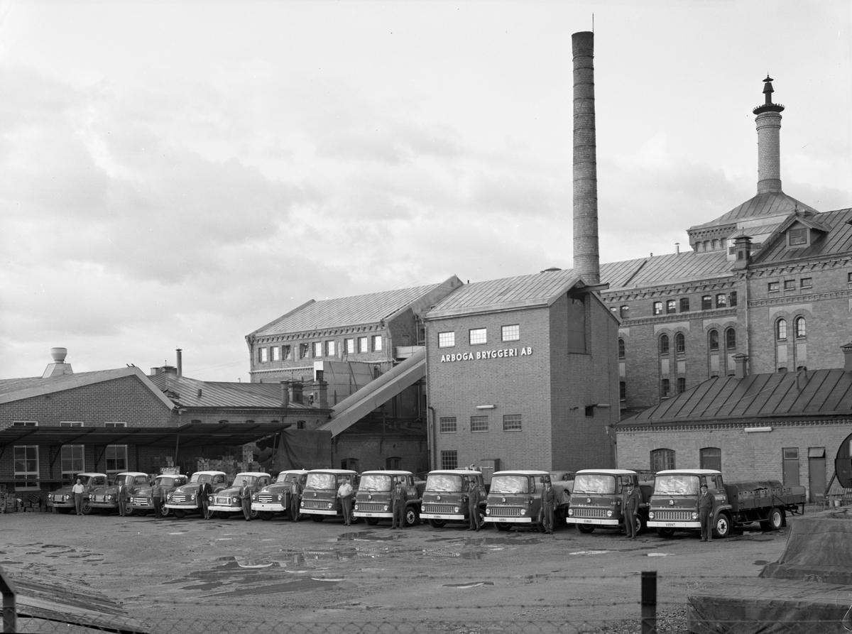 Arboga Bryggeri, fasaden mot Jädersvägen. Chaufförerna står uppställda vid bryggarbilarna. 1950-talet  Anläggningen var färdigbyggd 1899 och verksamheten startade 1 november samma år. 24 oktober 1980 tappades det sista ölet, på bryggeriet. Märket var Dart.  Läs om Arboga Bryggeri i hembygdsföreningen Arboga Minnes årsbok 1981