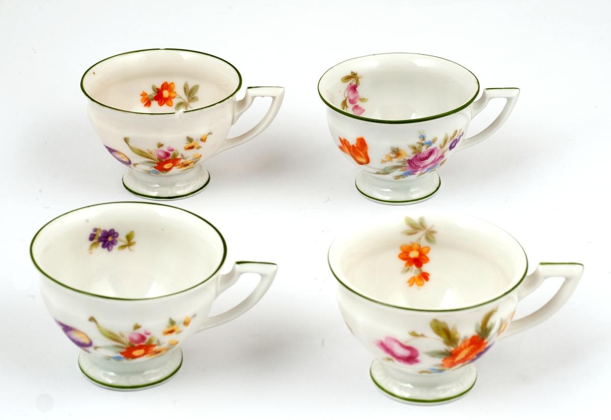 Fire blomstermalte espressokopper.