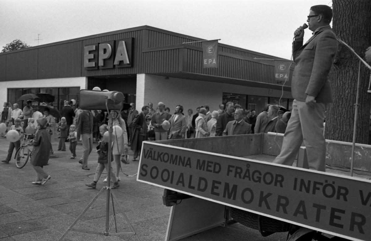 Socialdemokraterna håller valmöte på Nytorget. Gustav Danielsson skymtas till höger. En man står på ett lastbilsflak och talar i mikrofon. Barn har fått ballonger. EPA ses i bakgrunden.