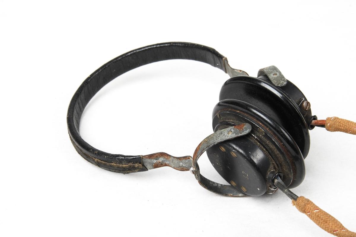 Radiosender og mottaker med tilhørende øretelefoner, mikrofon og telegrafnøkkel